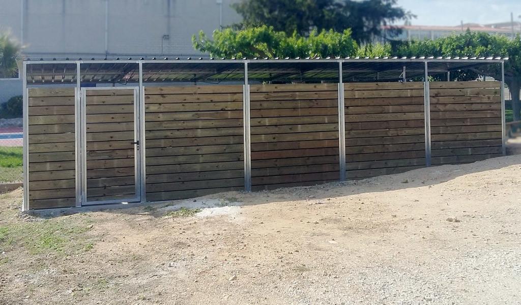 Mobiliari urbà en ferro i fusta. Tancaments de contenidors en fusta