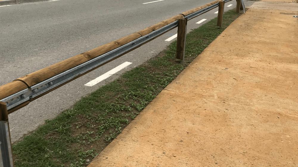 Bionda de carretera y valla de madera Guilleries