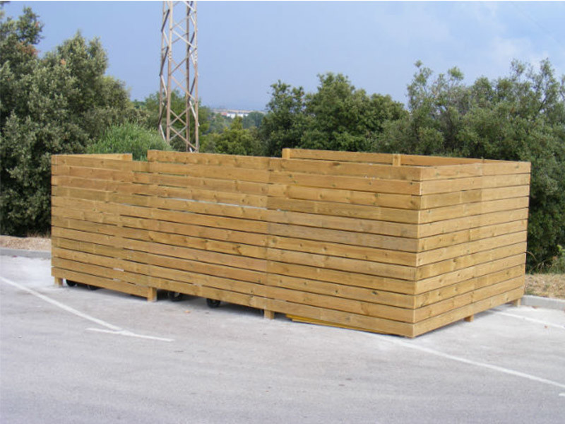 Tancament de contenidors amb pilars de fusta