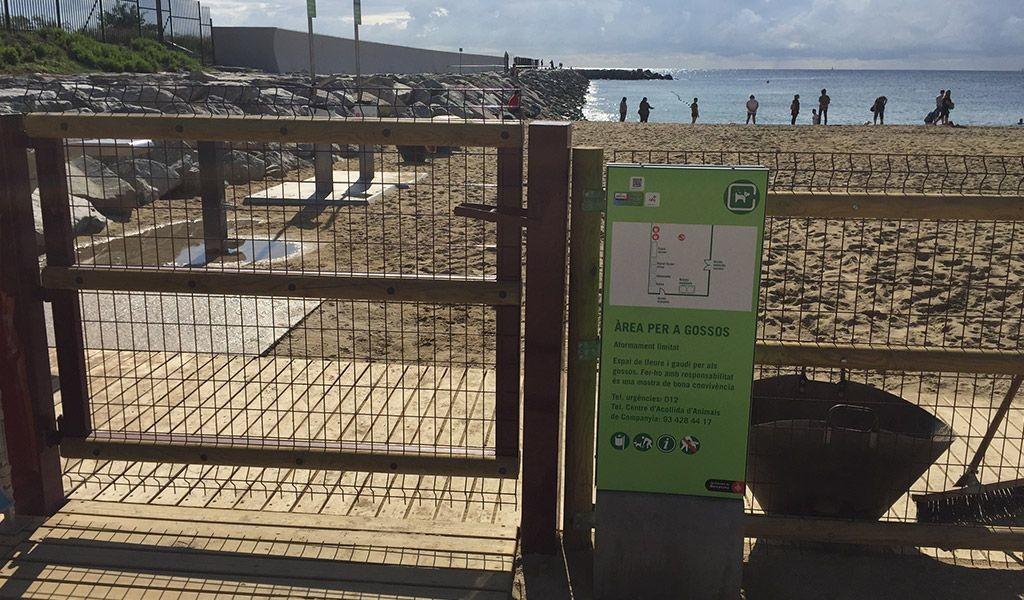 Vallado de la primera área canina en la playa de la Barceloneta.